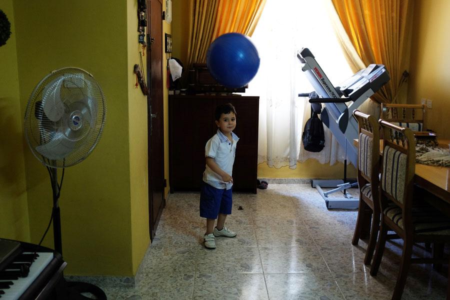 עבד אל-רחמן, בנה של סמאח בביתם בג'נין. צילום: אלכס ליבק