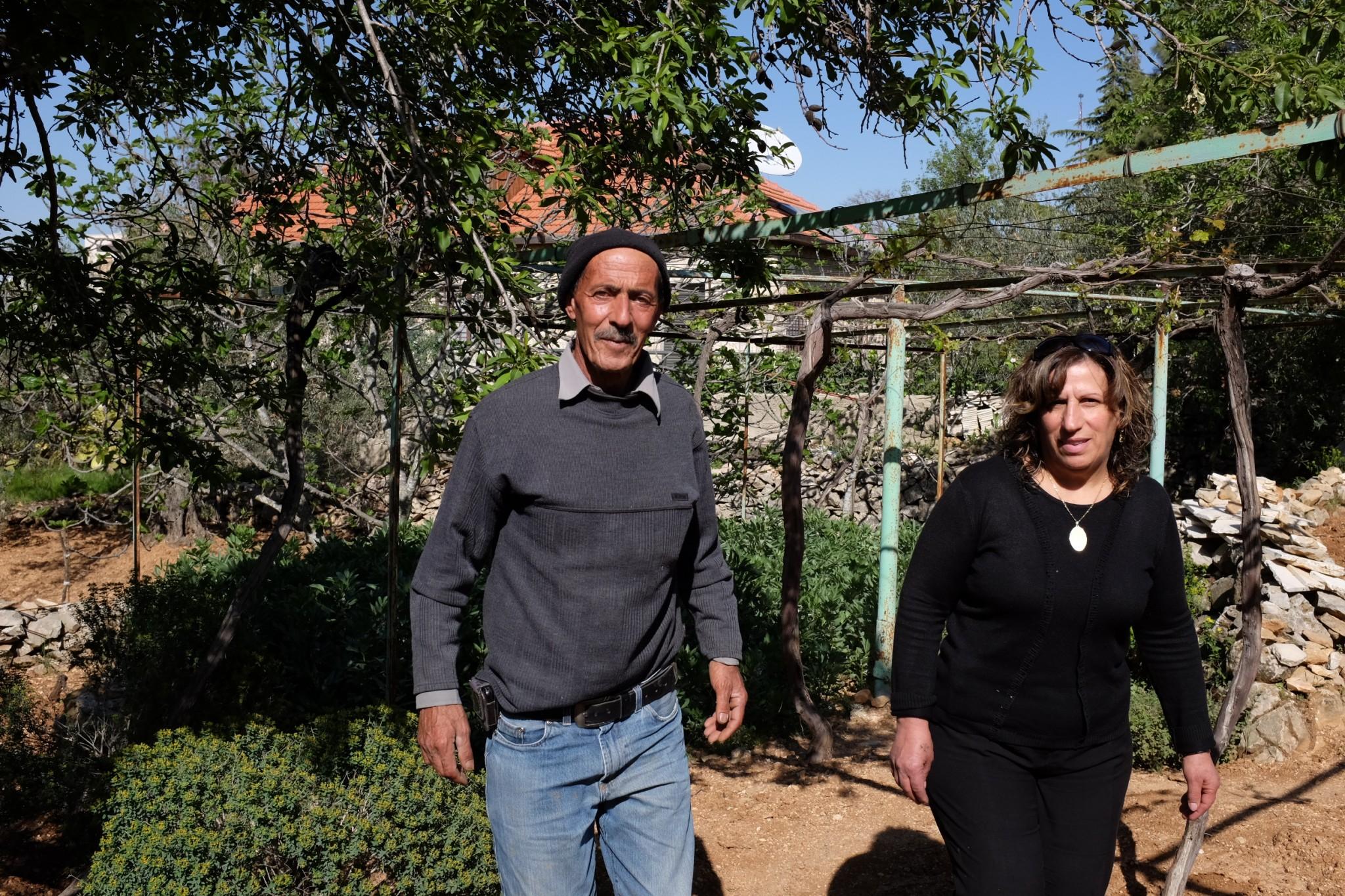 كاترين وإبراهيم صرّاص، والدا نسرين، في حديقة بيتهم، بيت جالا. تصوير: أليكس ليـﭭـاك
