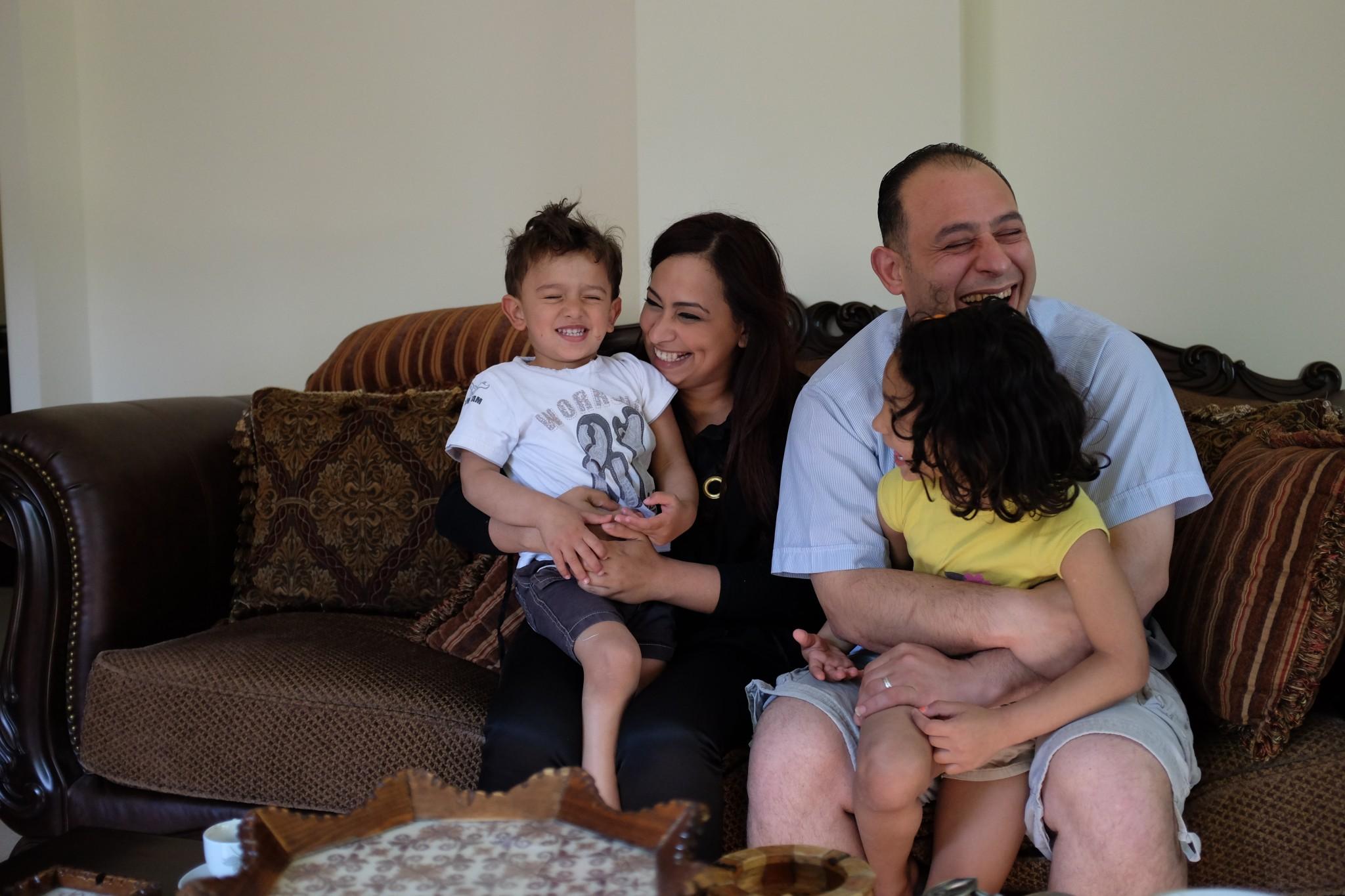 آلاء الهبيل (باغي)، ابنة نصر وسلوى، مع زوجها أدهم في بيتهم، رام الله. تصوير: أليكس ليـﭭـاك