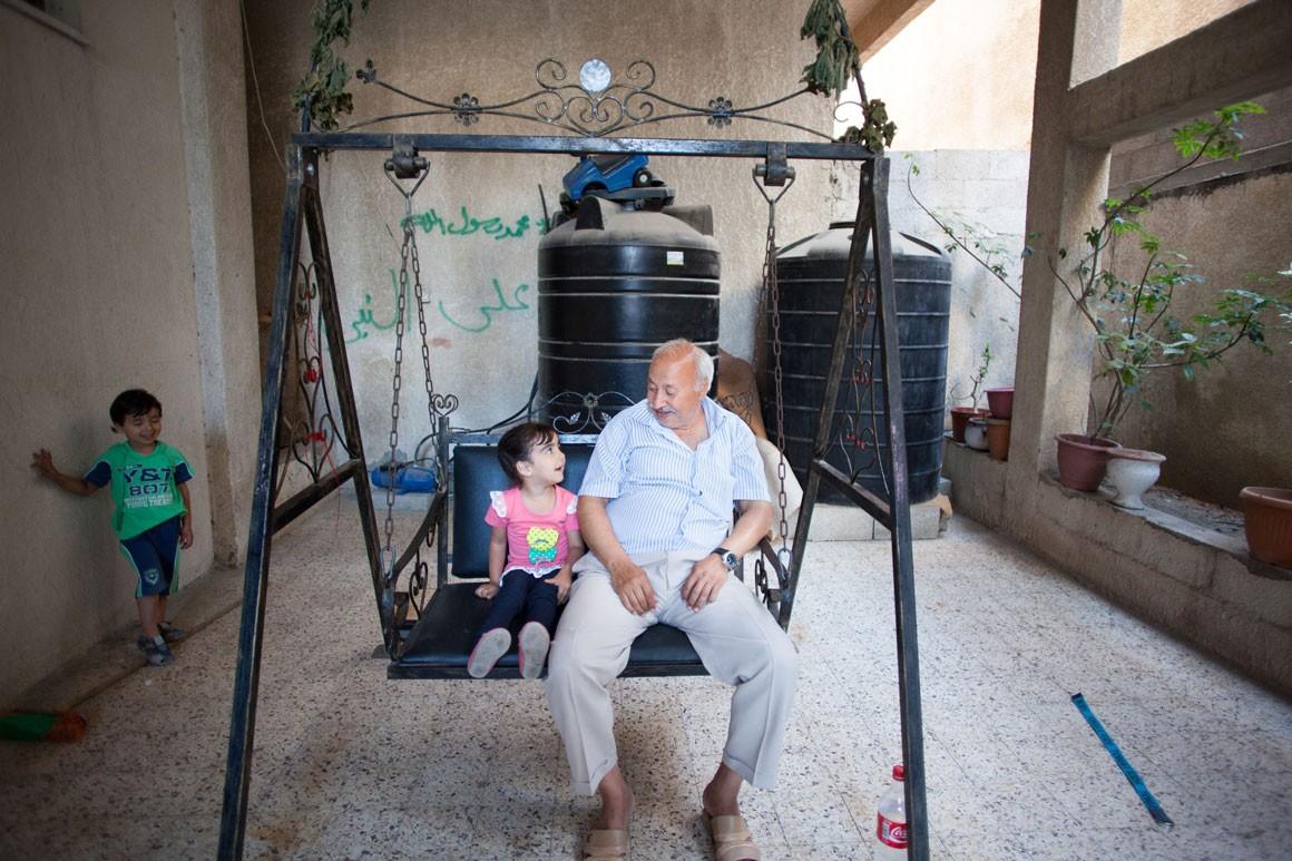 עבד אבו-סידו עם שניים מנכדיו בביתו ברצועת עזה. צילום: אימאן מוחמד