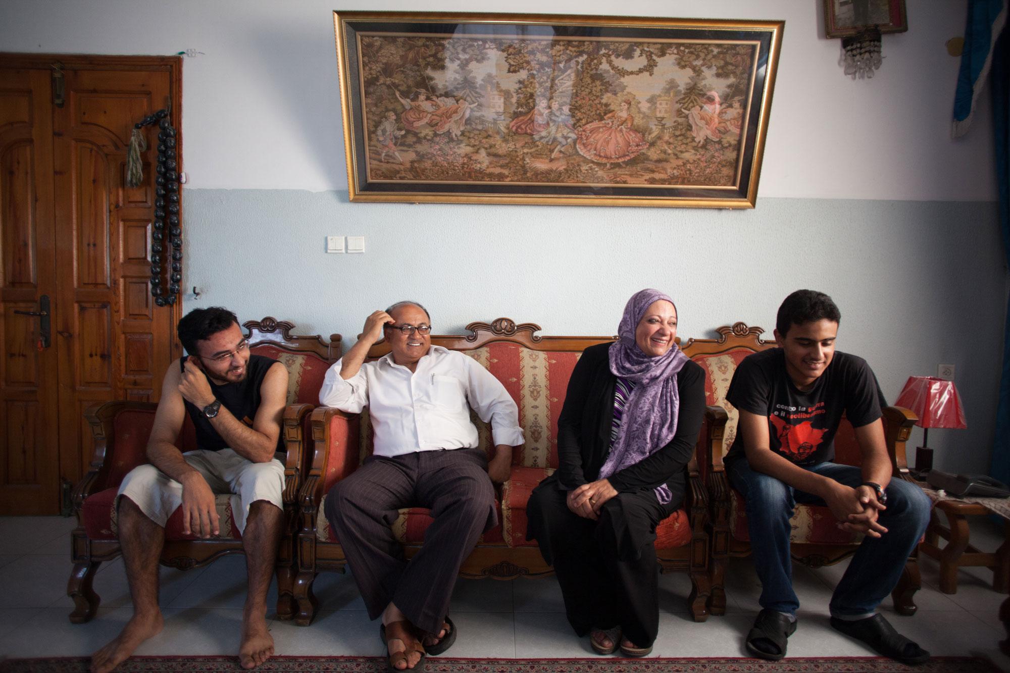 نصر وسلوى ياغي وابناءهم في بيتهم، قطاع غزة. تصوير: إيمان محمد