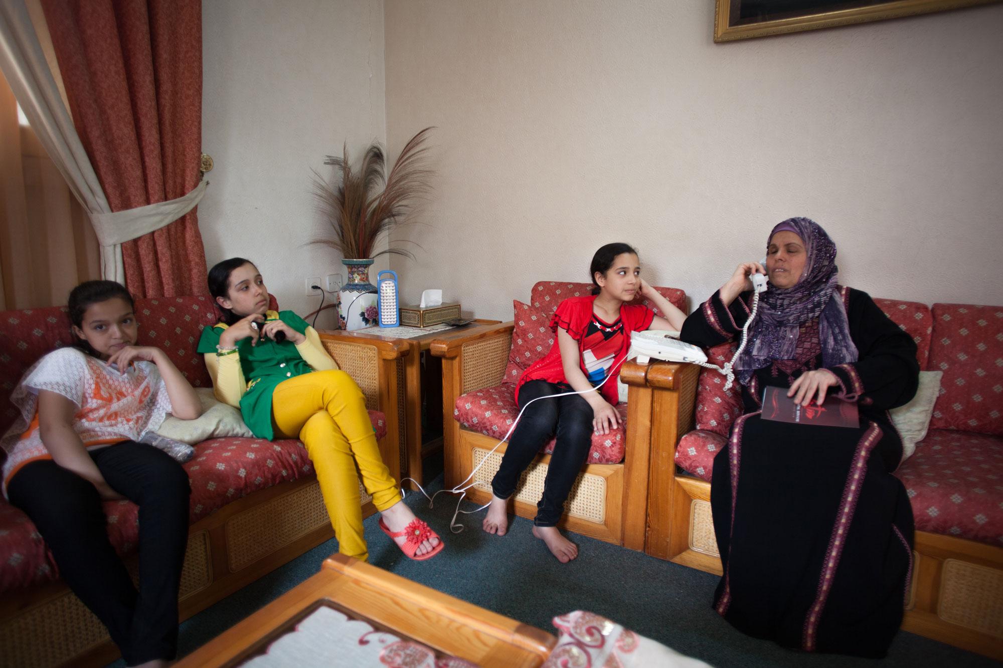 יוסרא אבו-סידו עם שלוש מנכדותיה בביתה ברצועת עזה. צילום: אימאן מוחמד