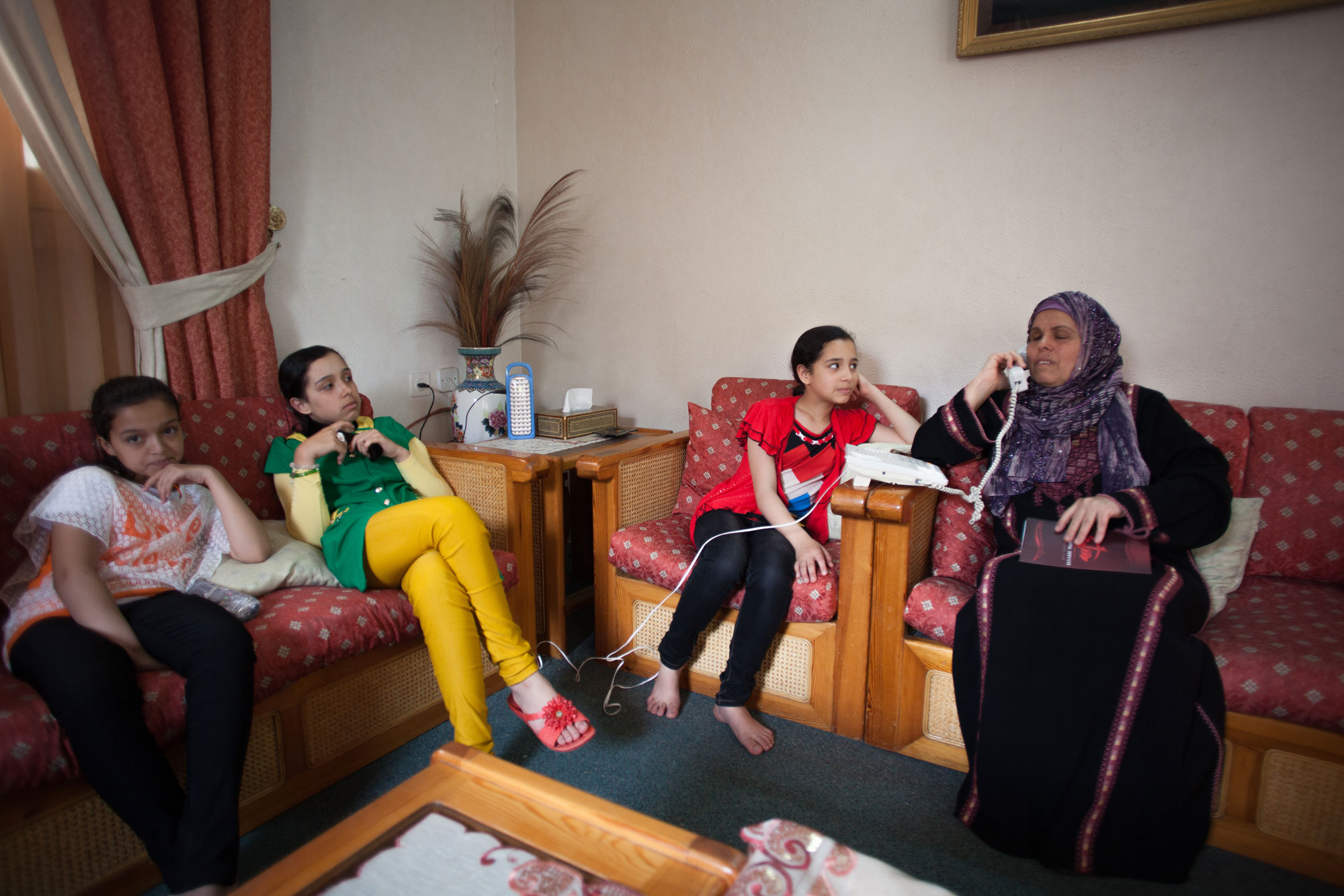 يسرى أبو سيدو وثلاث من حفيداتها في بيتها، غزة. تصوير: إيمان محمد
