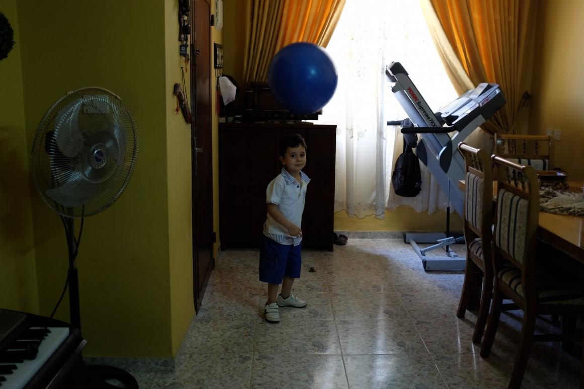 عبد الرحمن، ابن سماح، في بيتهم في جنين. تصوير: أليكس ليـﭭـاك