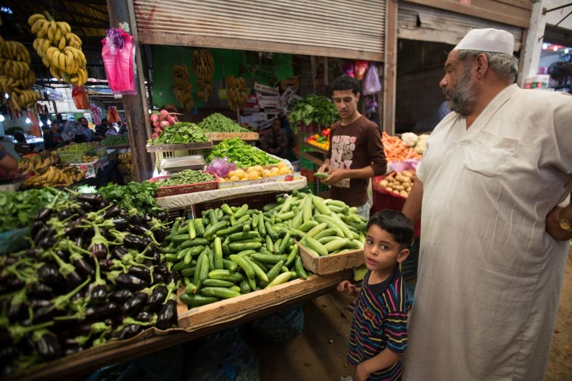 بعض سكان قطاع غزة يشترون من الأسواق، وبعضهم حتى قادرين على السماح لأنفسهم بالنزول في الفنادق. سوق في غزة. تصوير: إيمان محمد